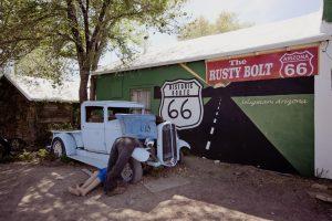 Mange restaurerer gamle veteranbiler hjemmefra